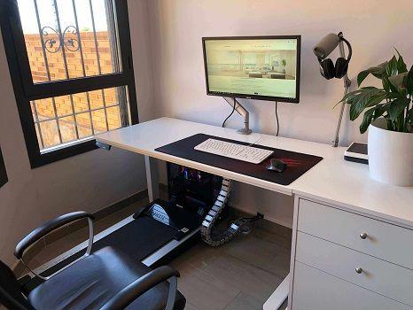 escritorio gamer sentado