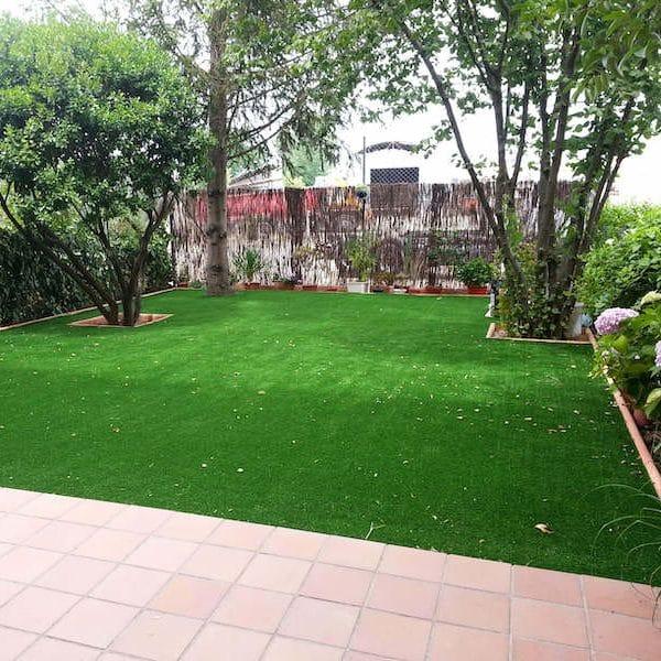 ¿Cómo incluir el césped artificial en jardines pequeños?