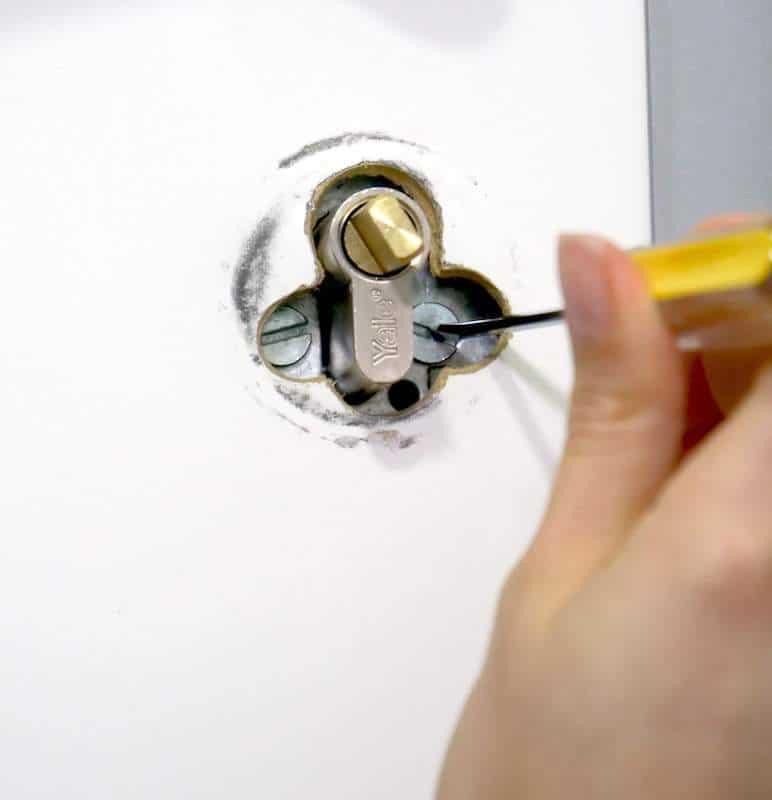 desatornilla los tornillos del cilindro