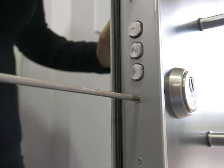 desatornilla tornillo lateral de la puerta