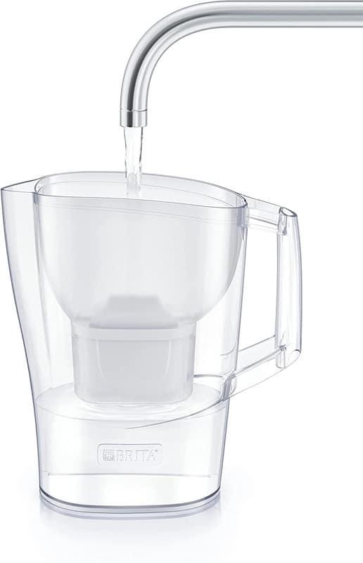 agua del grifo en jarra filtradora