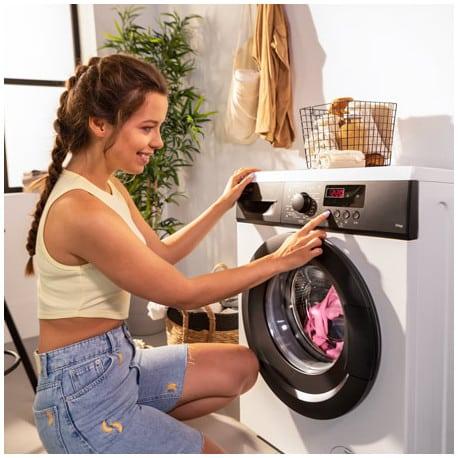 chica configurando lavadora cecotec