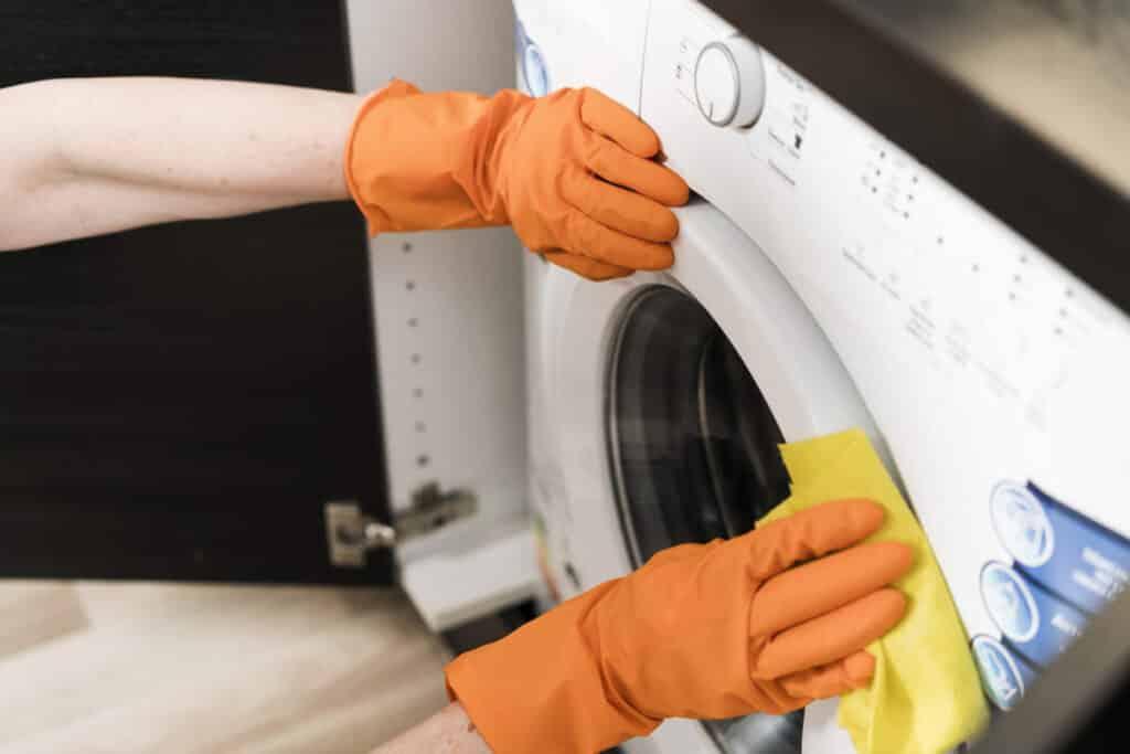limpiando lavadora por fuera
